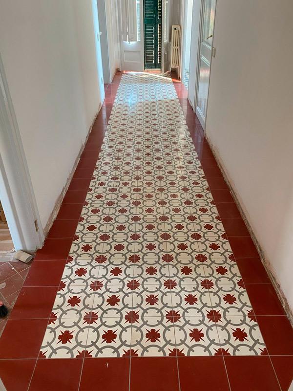 Detalle de pasillo de cerámica durante la obra de reforma integral en esta vivienda de Barcelona