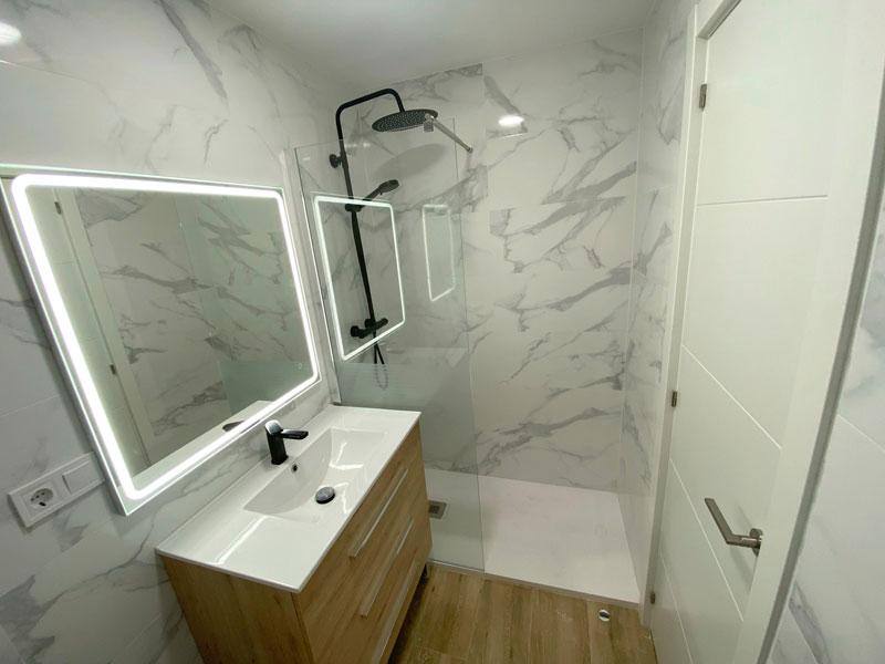 Nuevo baño reformado con ducha y mampara de cristal